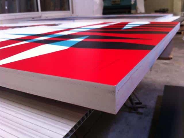 tranche de la toile imprimée de graphismes rouges et bleus
