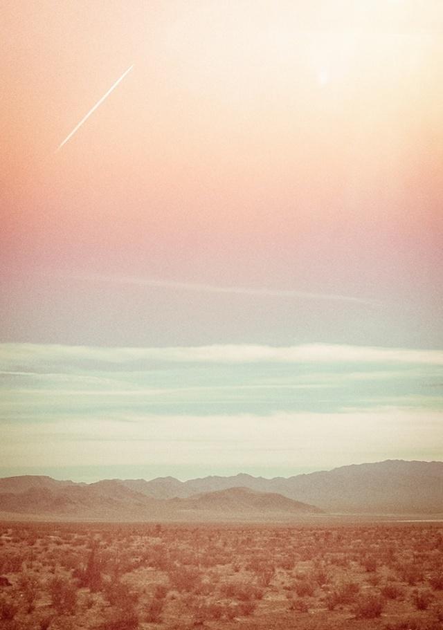 soleil rose pastel dans le desert