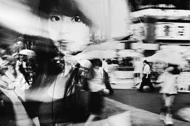 photographie contraste de Tokyo femme sous la pluie