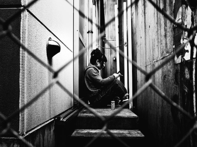 femme dans un couloir à Tokyo