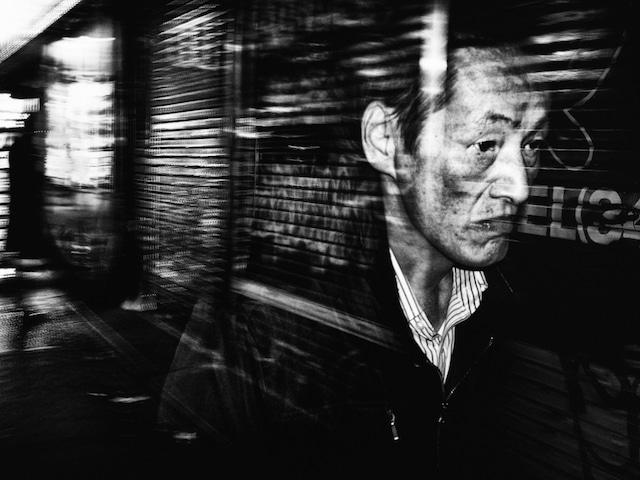 homme marchant dans une rue de Tokyo