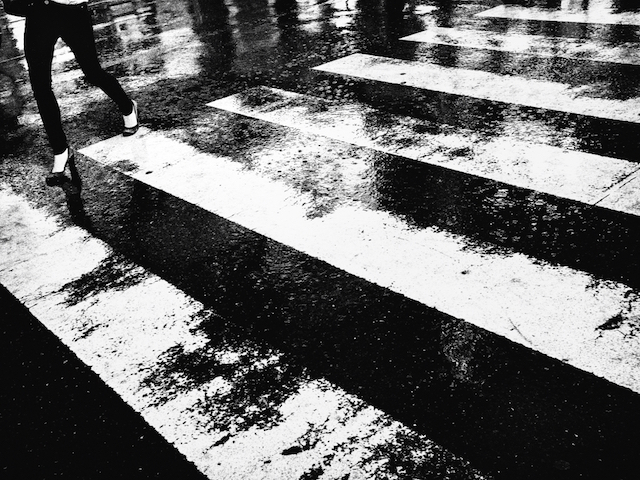 photographie contraste d'une rue de Tokyo sous la pluie