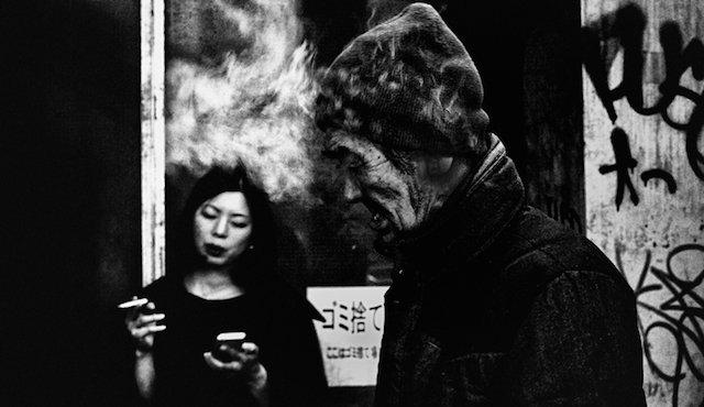 Pause cigarette dans les rues de Tokyo