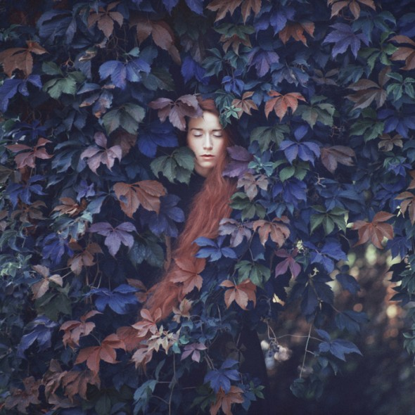 feuilles mortes et femme selon les saisons