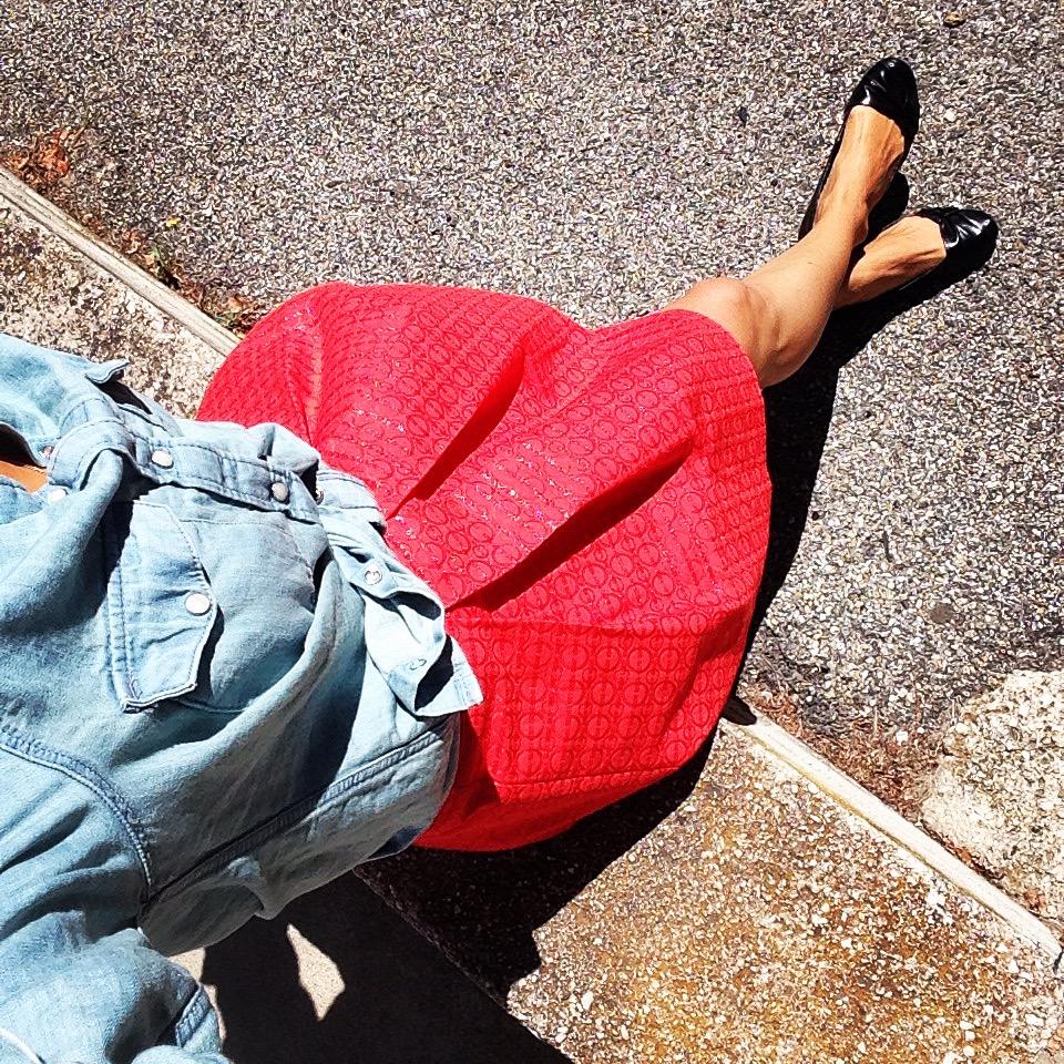 la jupe rouge et la chemise en jean, denim