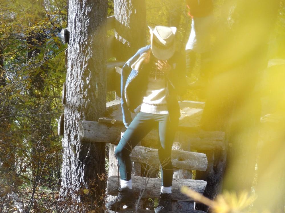 cowboy et cabane en bois