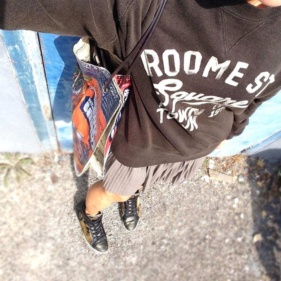 tenue du jour freestyle to streetstyle, sweat et jupe plissée, baskets barons papillom et tote bag comics