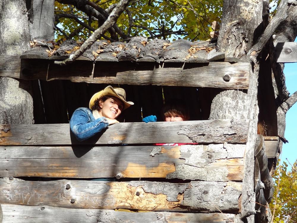 jeux dans la cabane en bois