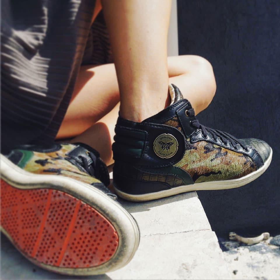 jupe d'écolière plissée et baskets mode barons papillom, style camouflage
