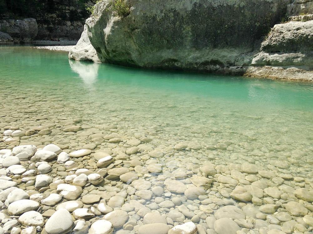 plage de galets dans le lit du Verdon, coin paradisiaque aux eaux turquoises