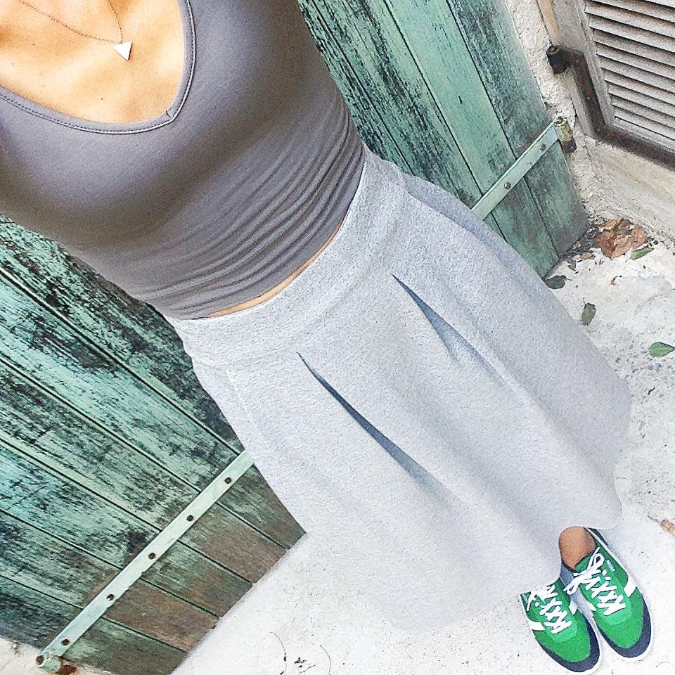 tennis decathlon vertes et jupe grise nafnaf style sweatshirt sport