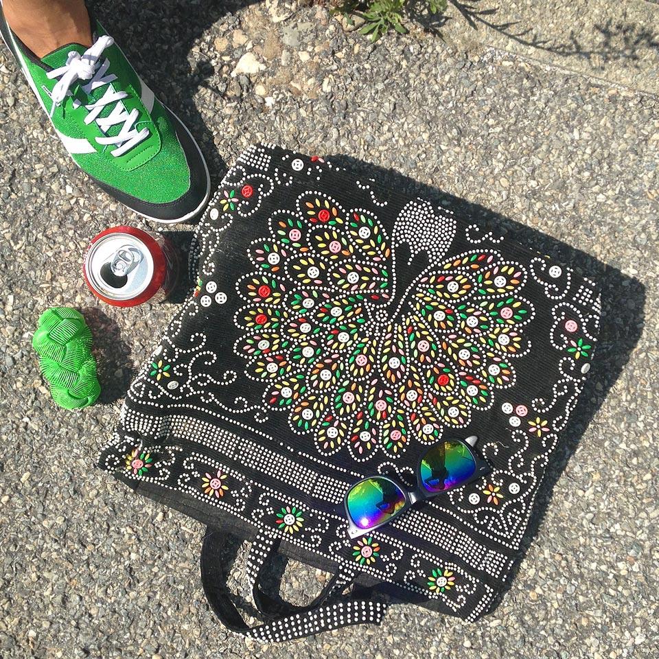 sac à perles vintage et baskets vertes cashpistache
