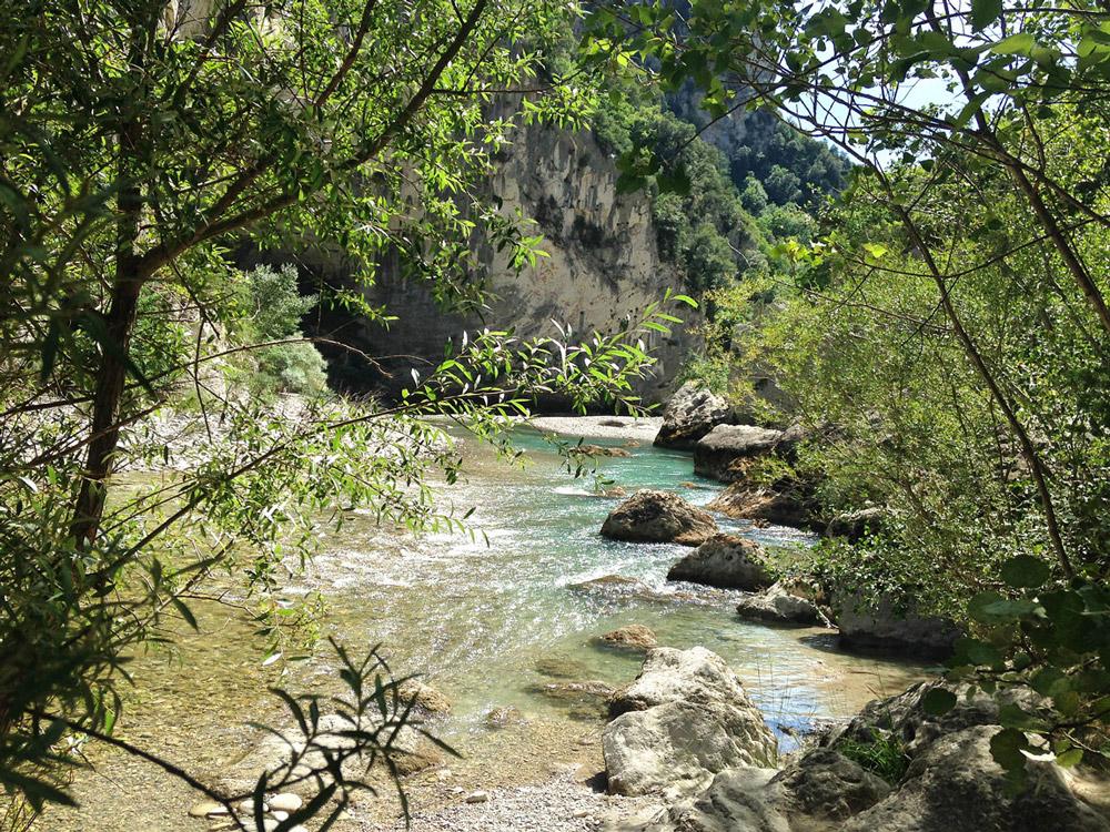 rivière au coeur du canyon, entre les falaises du Verdon, pour une randonnée magique