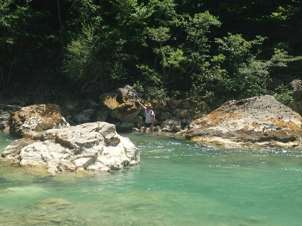 Dans le verdon, eaux profondes et rochers pour un trek en eaux vives