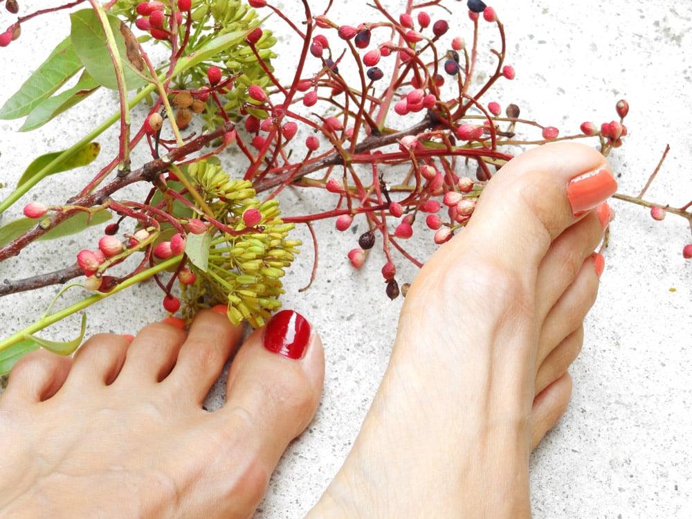pieds vernis et bouquet de fleurs, vernis nivea et Laura beauté