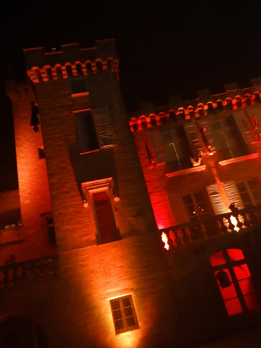 tour du chateau de la barben lumieres halloween