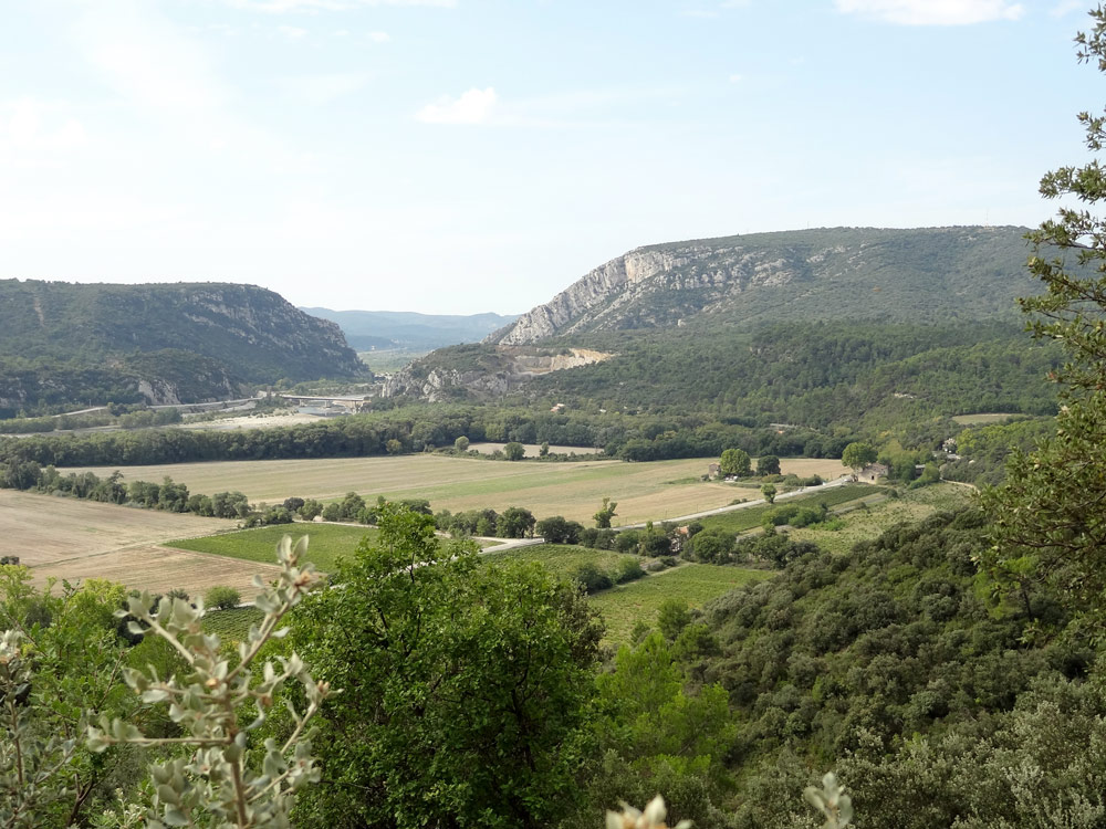 vue sur le pont de mirabeau et collines