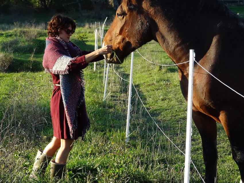 style gypsy mode en bottes avec cheval du ranch
