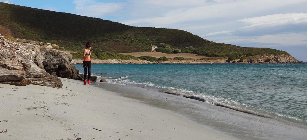 tenue de sport trail en bord de mer et running haute corse