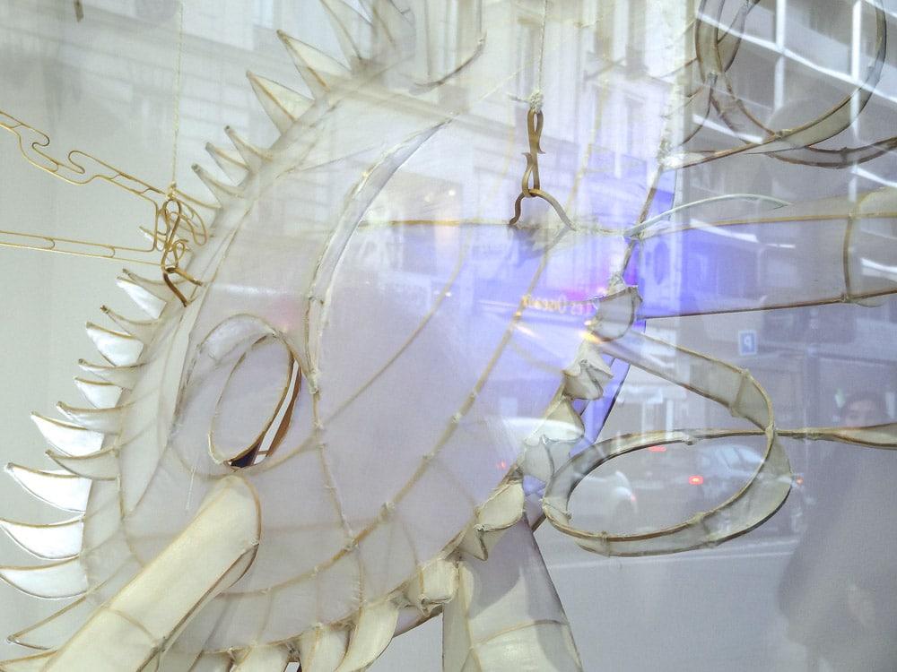 vitrine du bon marche artiste et ses installations de Chine à Paris