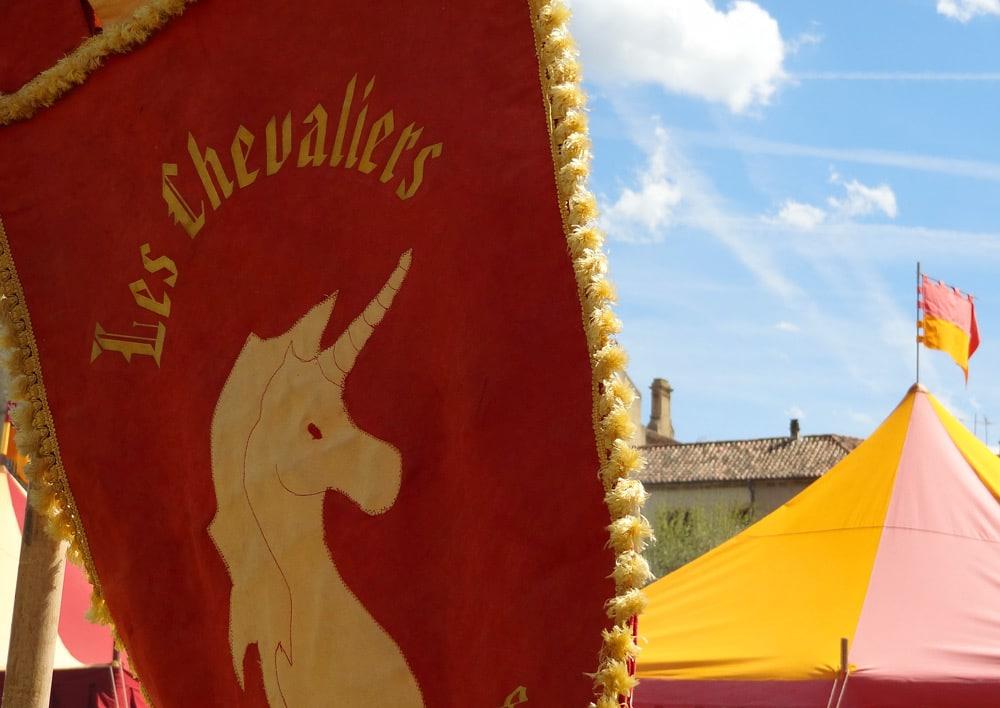 blason les chevaliers fete à Peyrolles en Provence