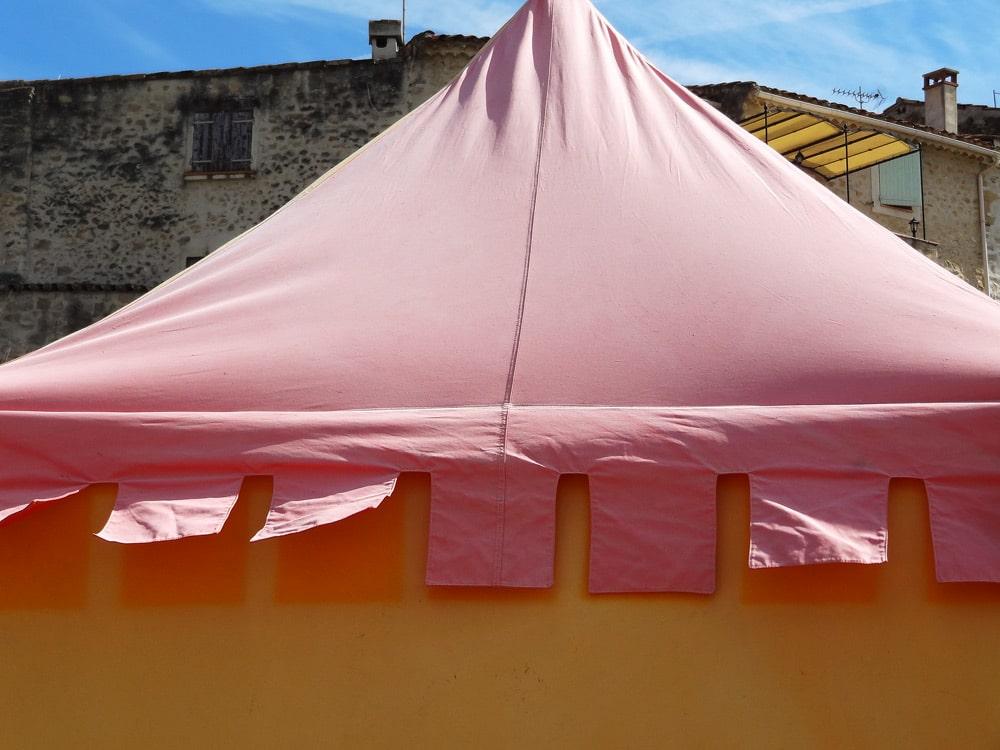tente et ville médiévale en Provence Lice des combats