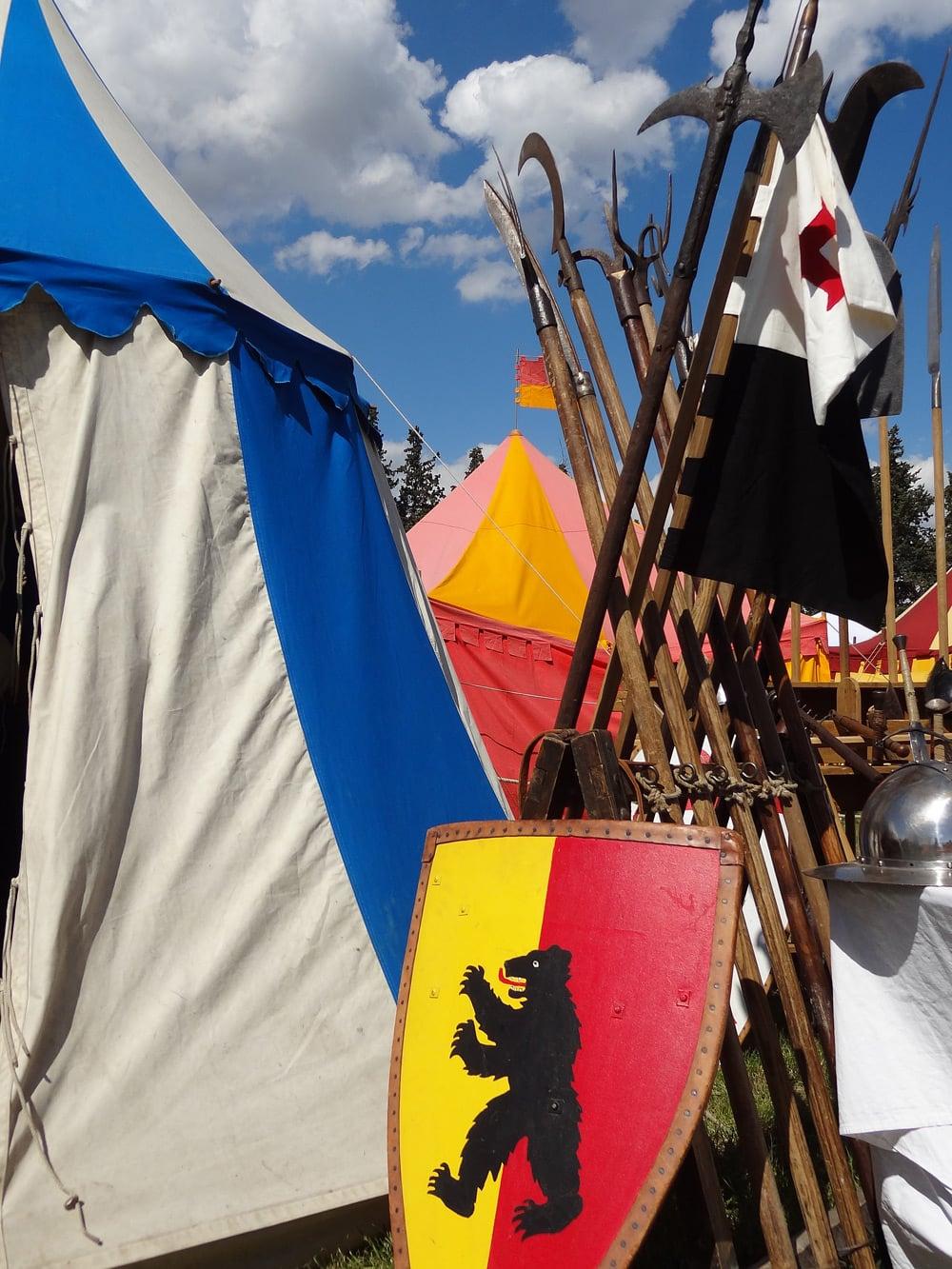 campements médievaux tentes armes blasons Provence