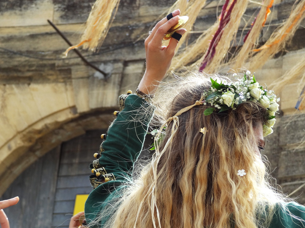 spectacles de rue danseuses fête médiévale en Provence