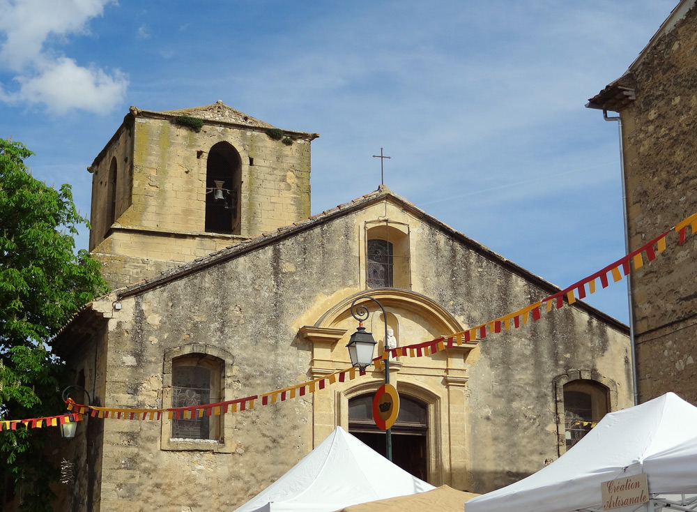 eglise au printemps fête médiévale en Provence Peyrolles