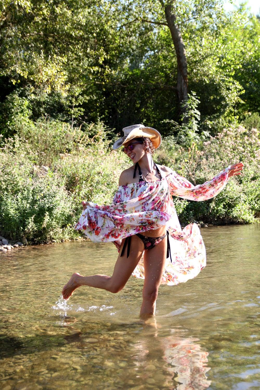 danse du soleil printemps femme en robe fleurie mango
