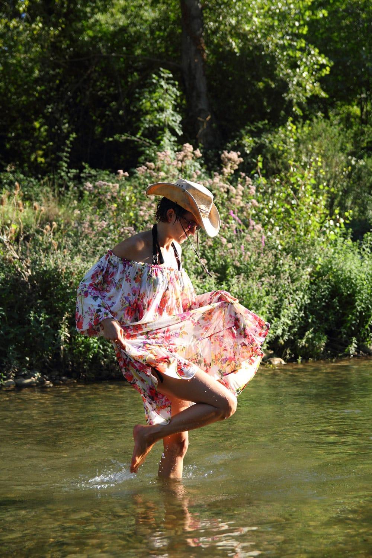femme portant un chapeau et une robe fleurie coachella