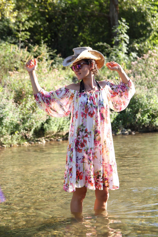 femme dansant au soleil en robe fleurie