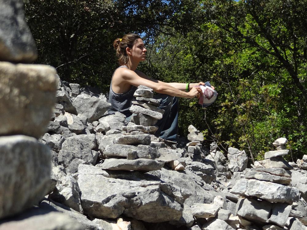 femme en promenade dans les gorges d'Oppedette