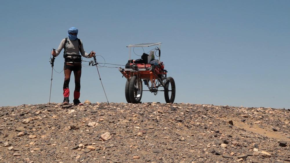 homme et portage aventure extreme trekking dans le desert