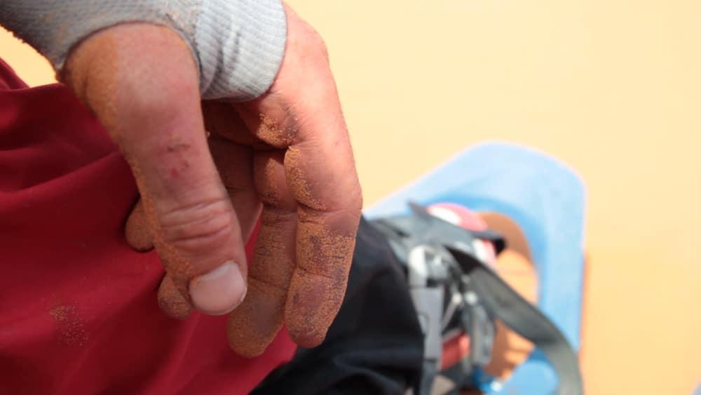trekking dans le desert marocain main d'aventurier et sable