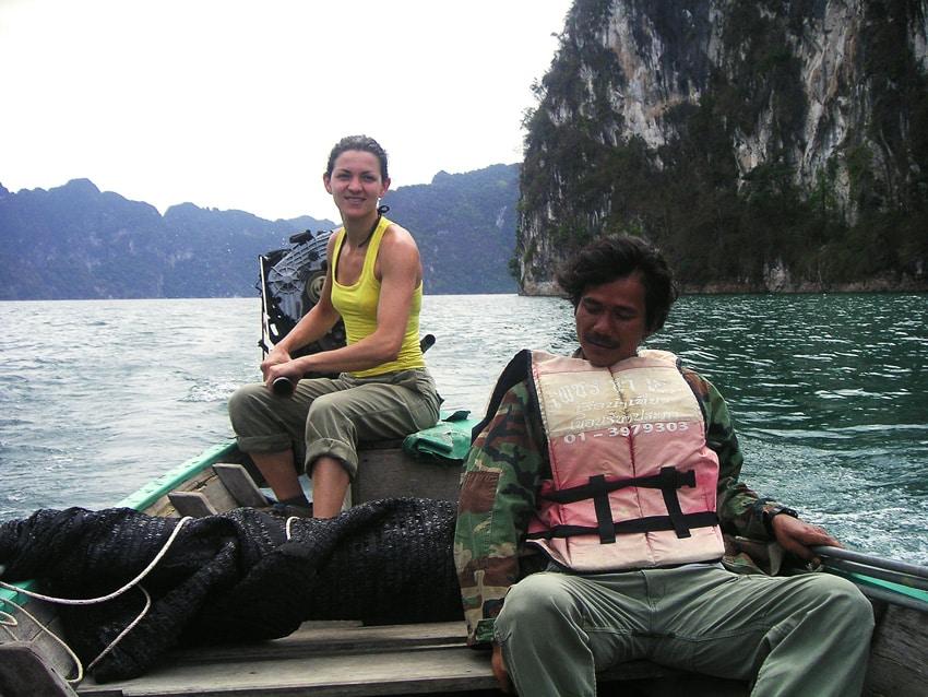 femme conduisant un longtail boat à Khao Sok Thailande