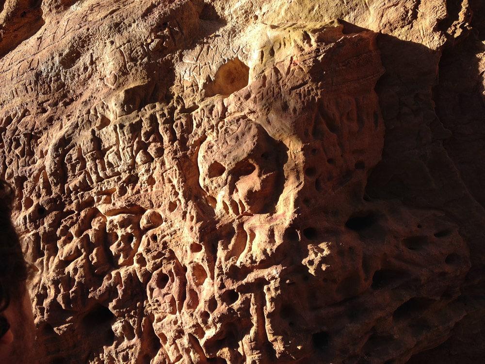 gravure sur rocher de Rustrel Colorado Luberon