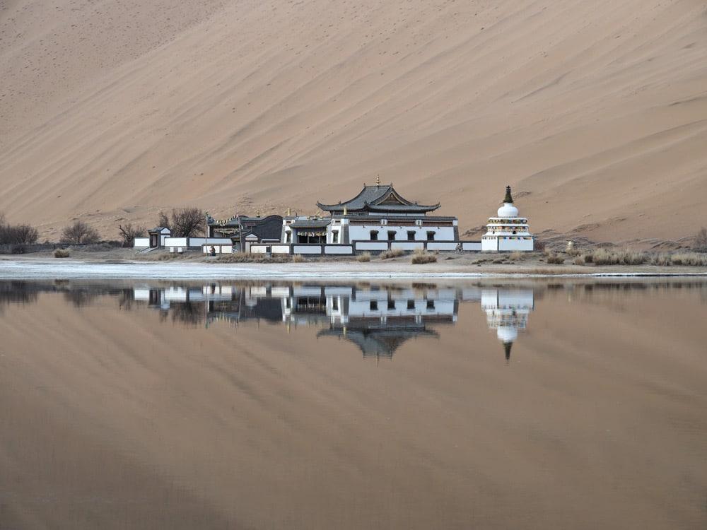 lac dans le desert de chine blog voyage temple
