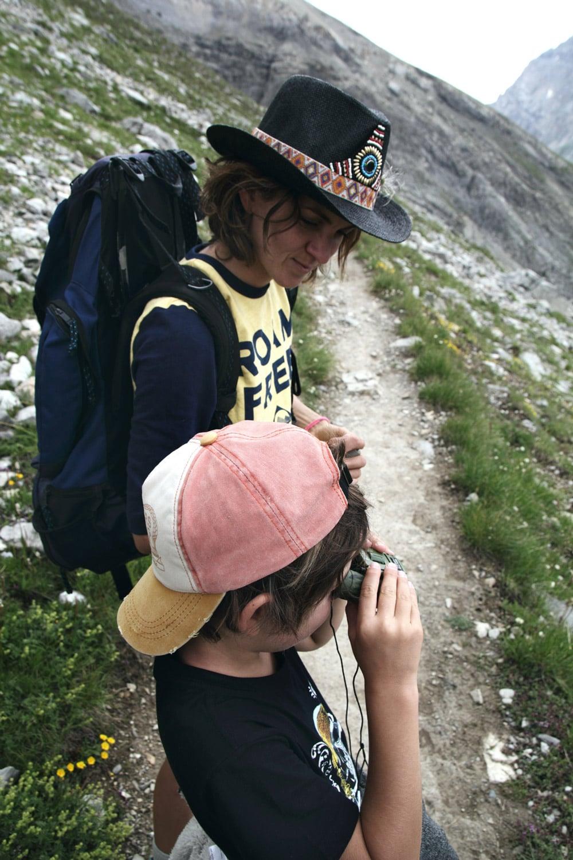 randonneur jumelles équipement montagne