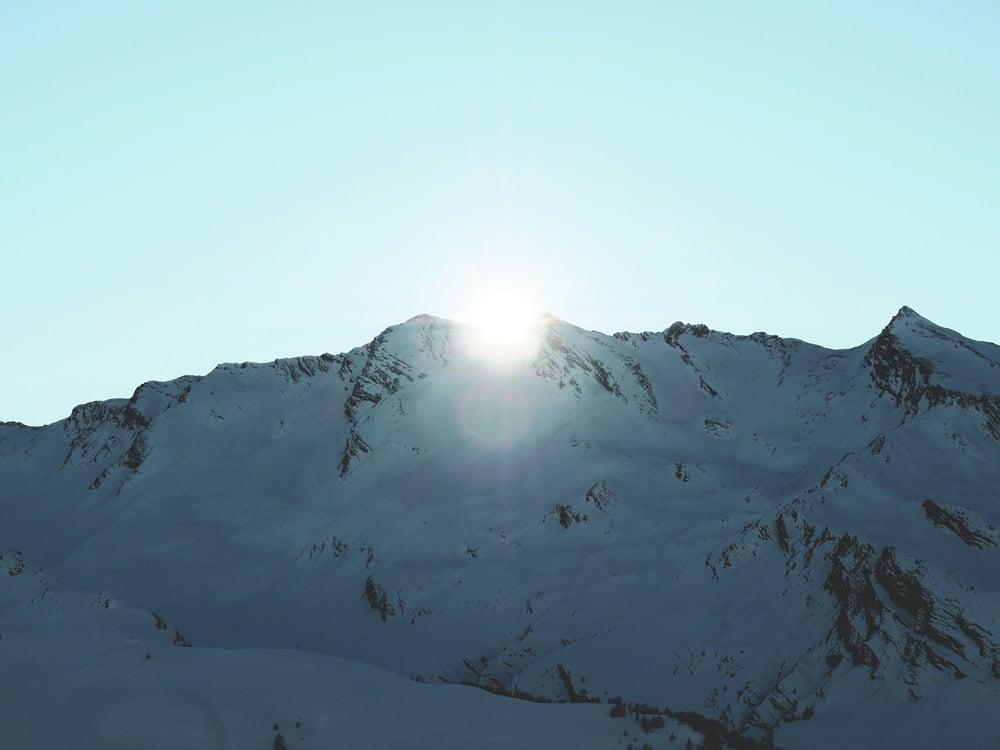 coucher de soleil 10 conseils pour vacances dans les Alpes en hiver