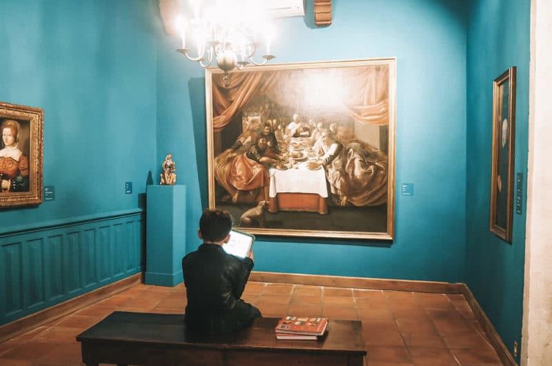 Visite amusante musée Angladon avec tablette pour enfant