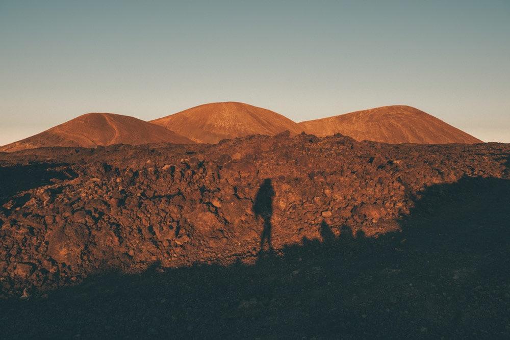 marcher sur les volcans de Lanzarote mer de lave