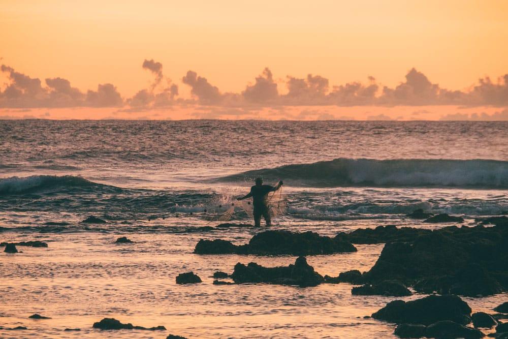 pêcheur sur les coraux plage Saint Pierre Saint Leu Réunion