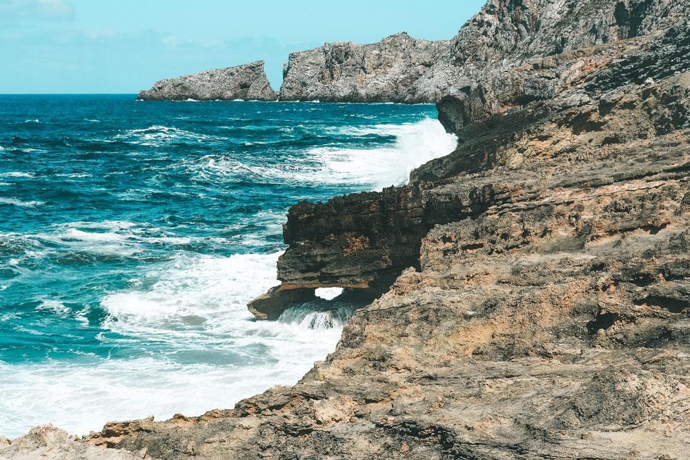 promenade plage et falaises de Cala Mesquida Majorque
