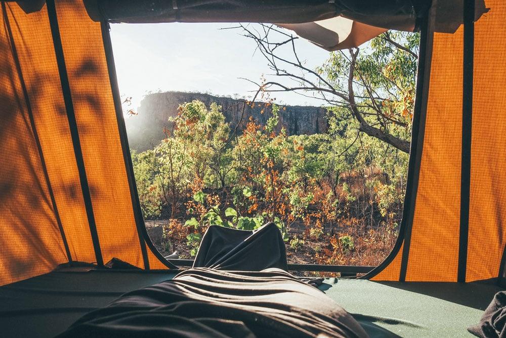 camper dans une tente de toit 4x4